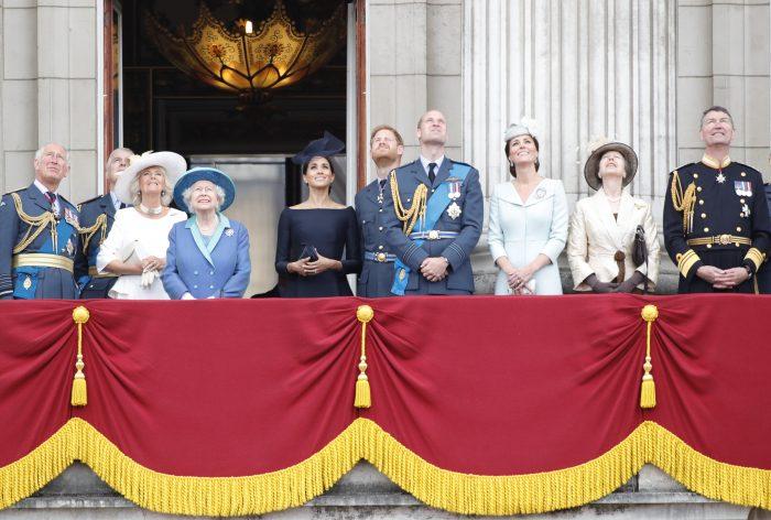 Kate și William stau la distanță unul de altul, în timp ce Meghan și Harry sunt foarte apropiați.