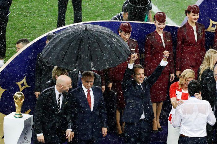 Președintele Putin, singur sub umbrelă!