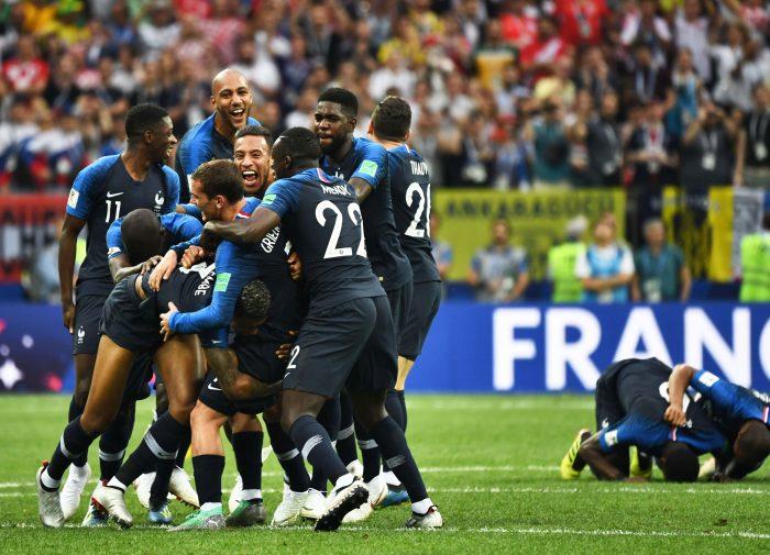 Momentul fluierului final și bucuria nemărginită a jucătorilor Franței.