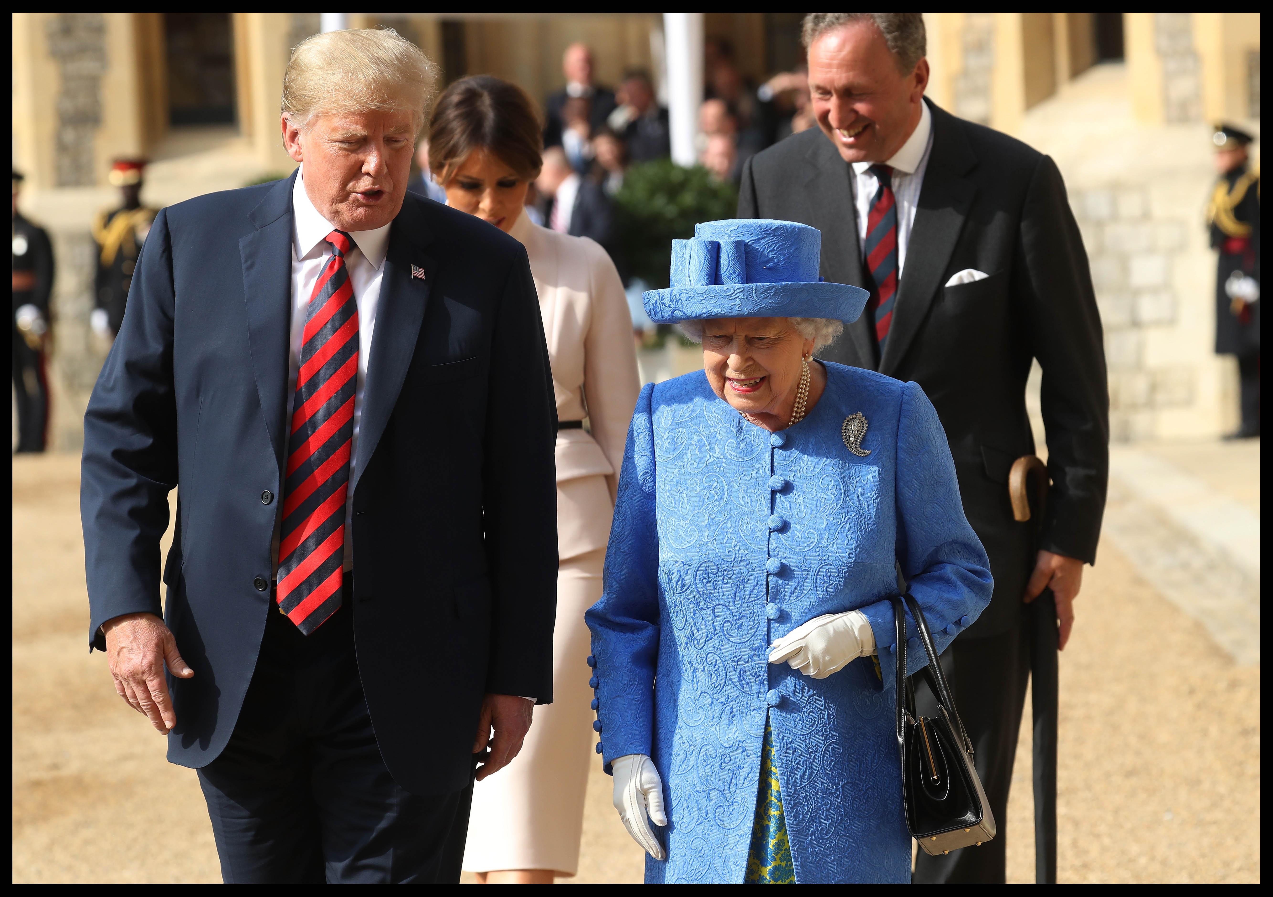 mesajul broșelor purtate de Regina Elizabeth II
