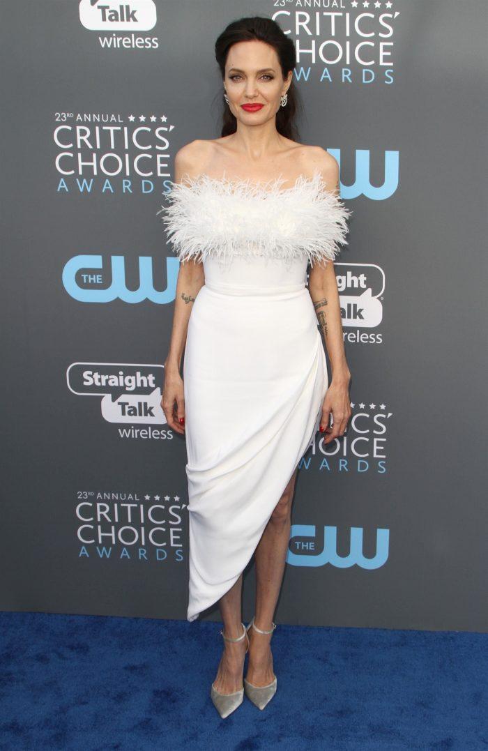 Pe Angelina nu o mai ajută nici culoarea alb...