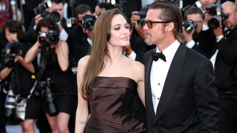 Brad Pitt și Angelina Jolie pe vremea când formau un cuplu fericit. Acum duc o luptă aprigă pentru custodia celor șase copii ai lor.