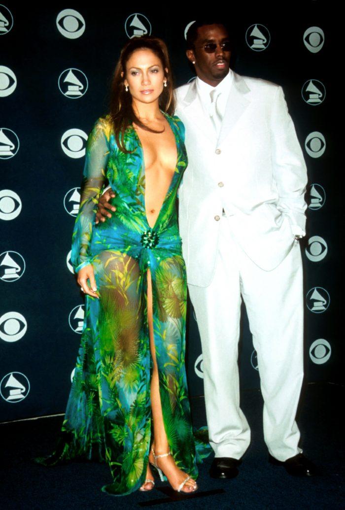 Jennifer Lopez la Premiile Grammy, alături de Puff Daddy. Artista a purtat o rochie Versace devenită iconică.