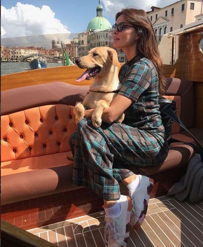 Înainte de apariția pe covorul roșu, vedeta și-a dus câinele la o plimbare cu barca prin Veneția