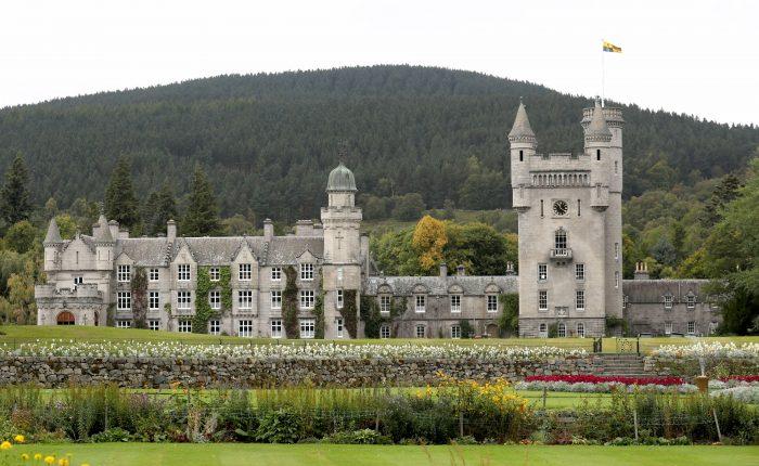 Castelul Balmoral, locul preferat al Reginei Elisabeta a II-a, unde au loc partidele de vânătoare.