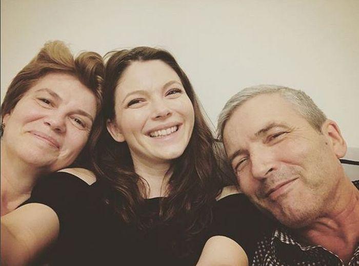 Anca Lungu, alături de mama și tatăl său, stabiliți la Suceava