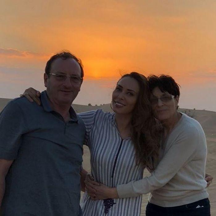 Iulia Vântur și părinții ei, cărorar le oferă din când în când vacanțe