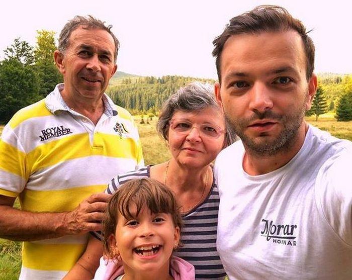 Mihai Morar cu părinții săi și una din fetițe