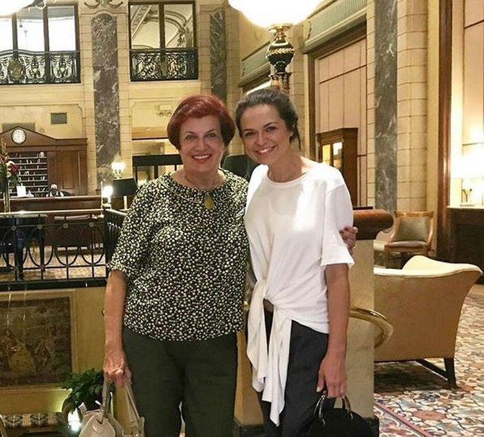 Raluca Lăzăruț și mama sa, care o vizitează frecvent la Chicago, acolo unde bruneta este stabilită de patru ani