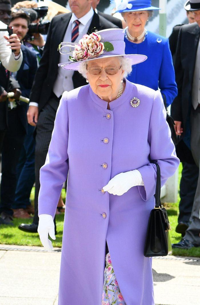 Mare iubitoare de culori, Regina Angliei a ignorat regula și a fost surprinsă de moartea Regelui George al VI-lea, peste hotare, fără haine de doliu.