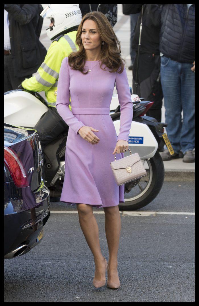 Kate e foarte apreciată pentru faptul că poartă hainele de mai multe ori. Aici, într-o superbă rochie de culoarea lavandei, creată de Emilia Wickstead.
