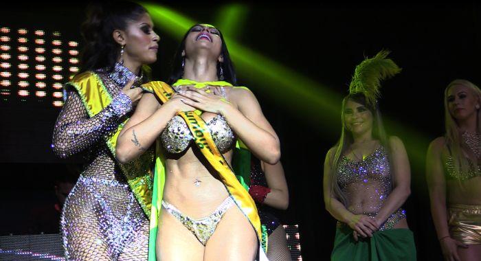 Ellen Santana, câștigătoarea Miss BumBum, își savurează victoria.