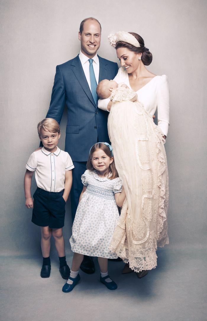 Prințul William, Ducesa de Cambridge, Kate Middleton, și cei trei copii ai lor, Prinții George (5 ani) și Louis (7 luni) și Printesa Charlotte (3 ani)