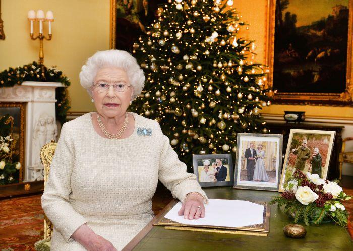 Regina Elisabeta a II-a, la Palatul Buckingham, după ce a înregistrat mesajul de Crăciun pentru britanici.