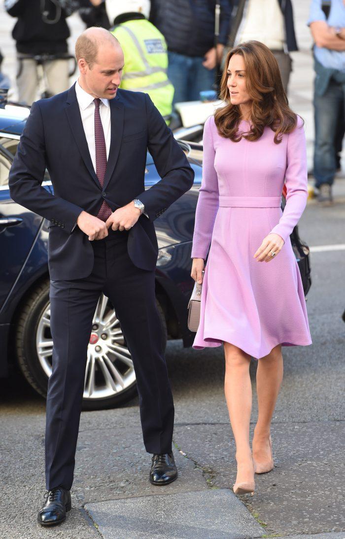 Kate Middleton și Prințul William se pricep de minune să nu privească în obiectivul fotografic.