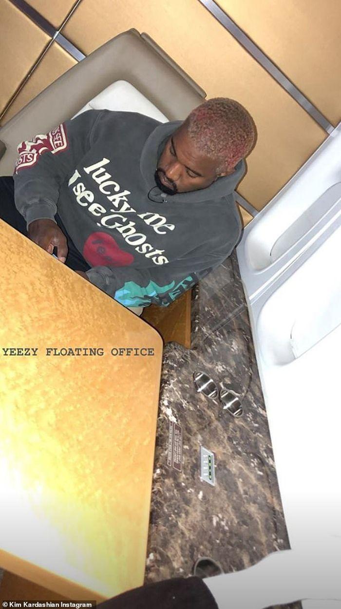 """Kanye West, în """"biroul"""" Yazee din avion..."""
