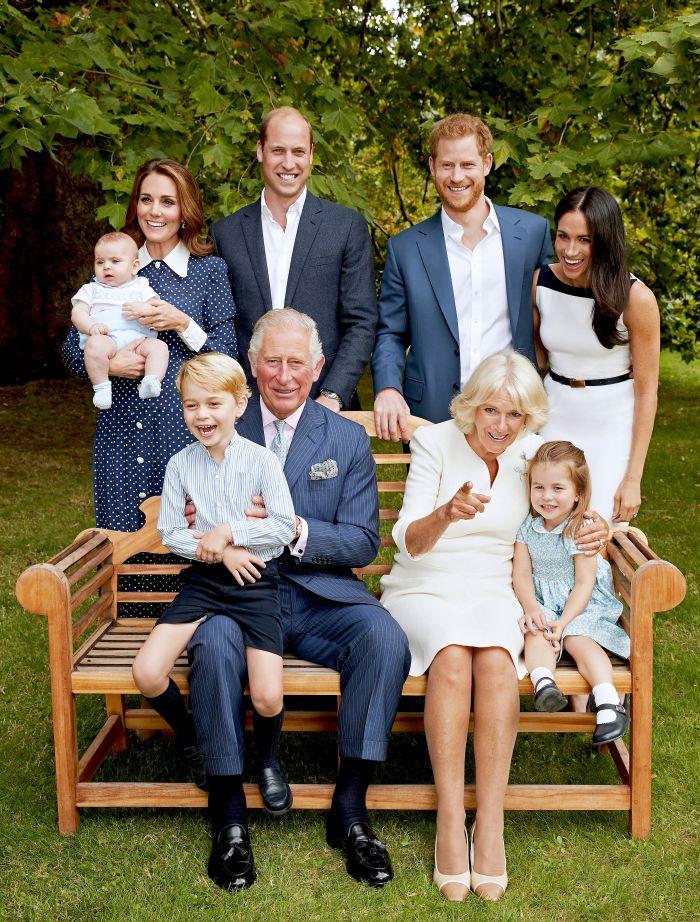 Prințul William, în brațe la bunicul său, Prințul Charles, este cel mai vesel din poza de familie.