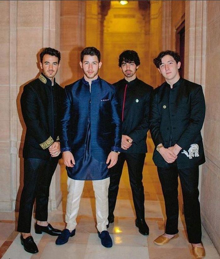 Nick Jonas (al doilea din stânga) alături de frații săi, în costume de inspirație indiană.