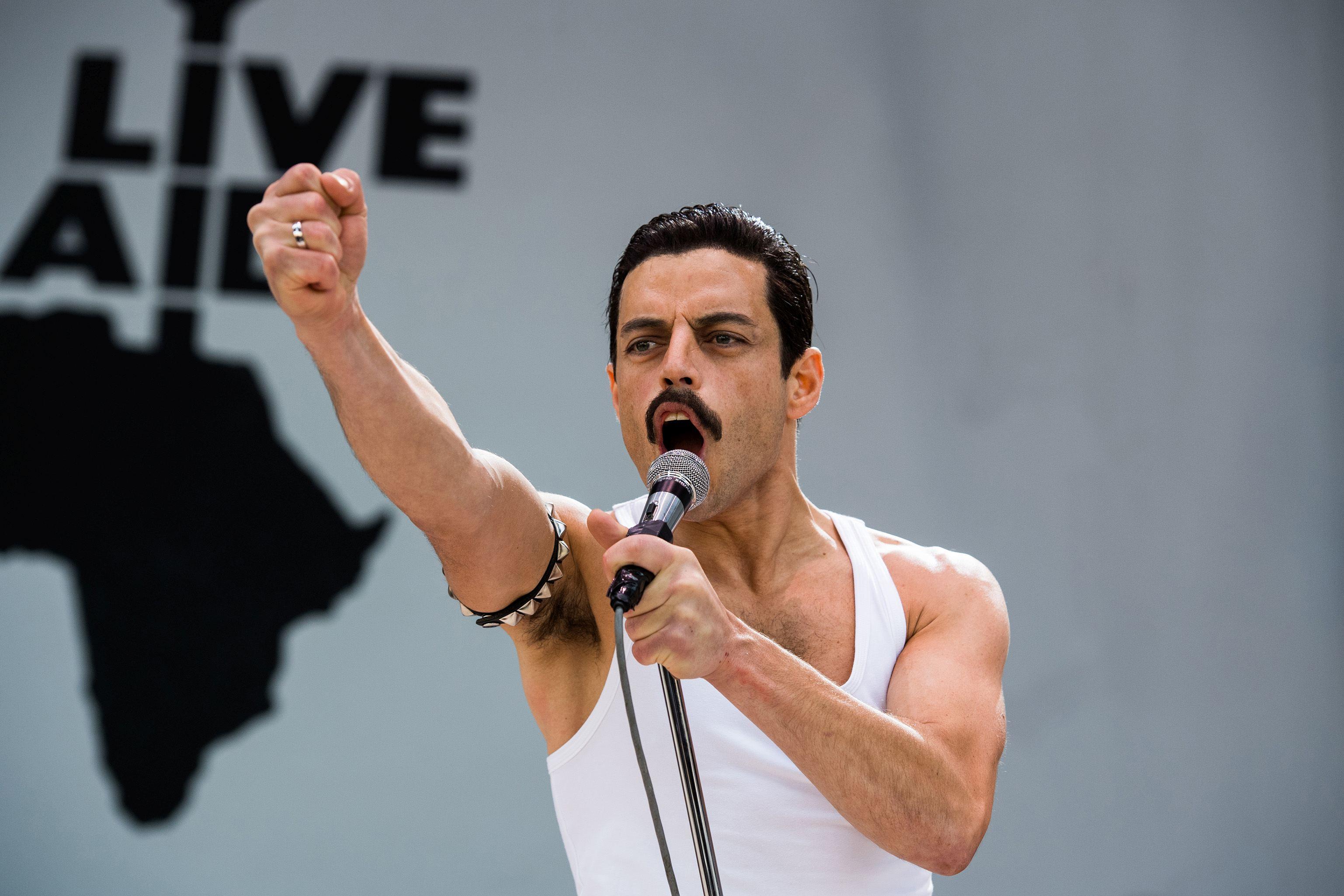 Rami Malek, în rolul lui Freddie Mercury, în Bohemian Rhapsody (2018)