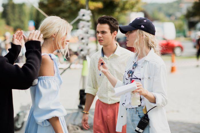 """Regizorul Cristina Jacob, alături de Bogdan Iancu și Holly Horne, pe platoul de filmare a producției """"Oh, Ramona!"""""""