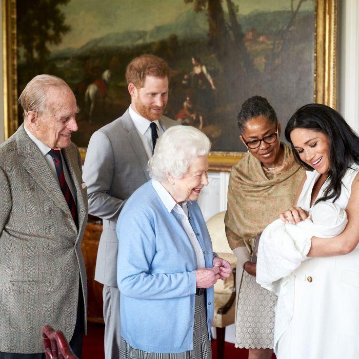 Regina Elisabeta a II-a și Prințul Philip fac cunoștință cu strănepotul lor Archie. Meghan Markle este însoțită de Prințul Harry și mama ei, Doria Ragland.
