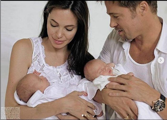 Brad și Angelina, acum zece ani, alături de gemenii lor, Vivienne și Knox.