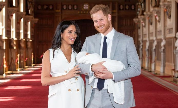 Ducii de Sussex, Meghan Markle și Prințul Harry, alături de fiul lor, Archie Harrison Mountbatten-Windsor.