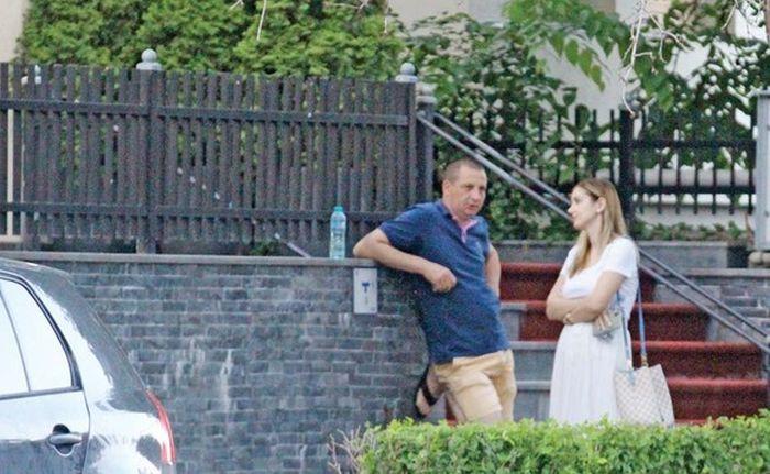 Irina Tînase, de vorbă cu șoferul lui Liviu Dragnea. Imagini surprinse de fotoreporterii Click! (foto Blitz)