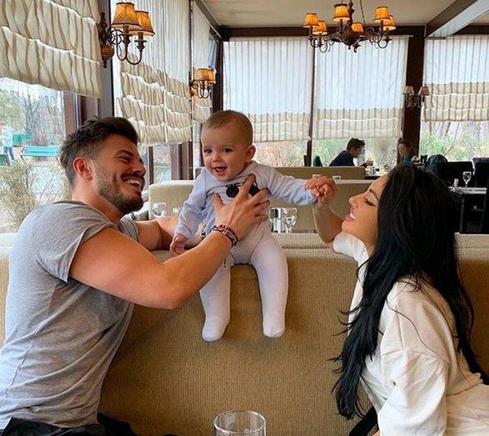 Elena, Dragoș și fiul lor de aproape un an