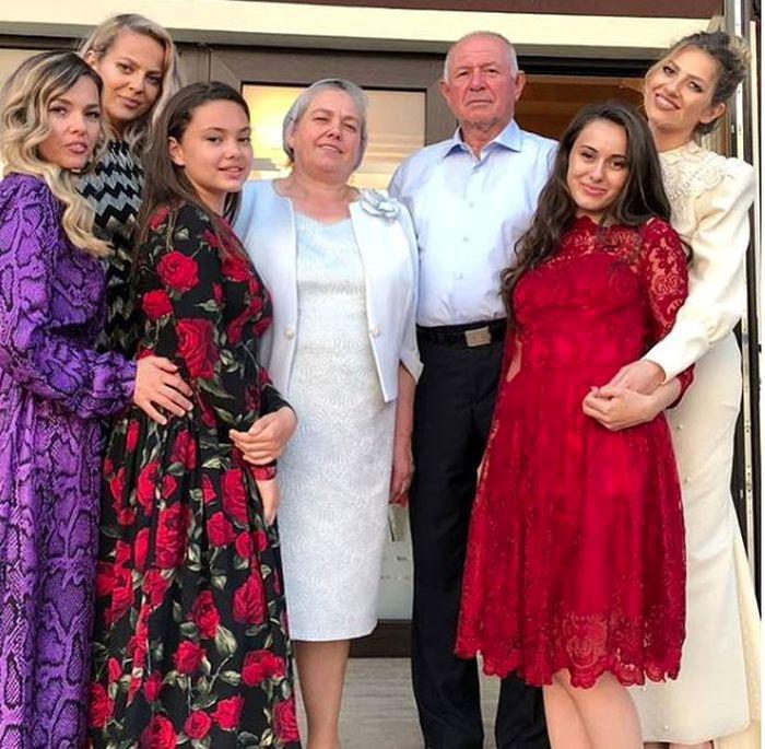 Lidia, alături de părinții și o parte dintre surorile ei