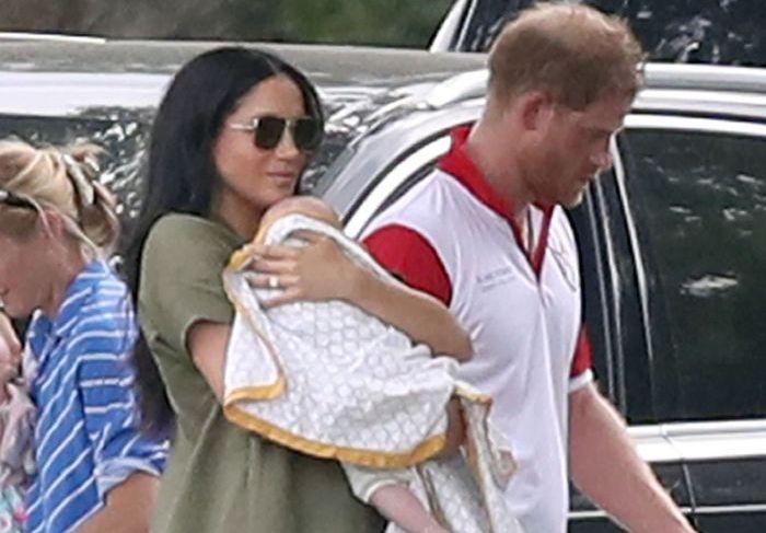 Meghan Markle și Prințul Harry și-au scos fiul în lume. La 4 luni, Archie a mers pentru prima oară la bar!