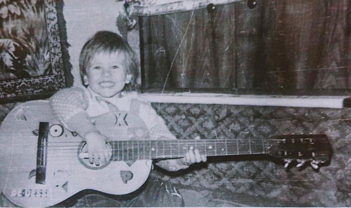 Florin Ristei a învățat să cânte la chitară de la fratele lui