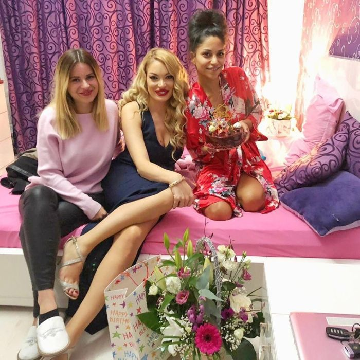 Valentina Pelinel alături de Nasrin Ameri (dreapta)
