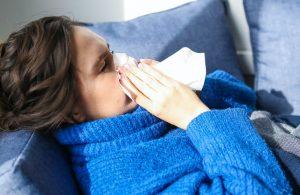 Un nou simptom COVID-19. Până acum, indica o simplă răceală, dar acum a fost identificat și ca simptom al coronavirusului