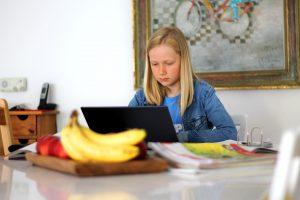 (P) Școală online în timpul pandemiei: de ce are nevoie orice profesor pentru a preda online