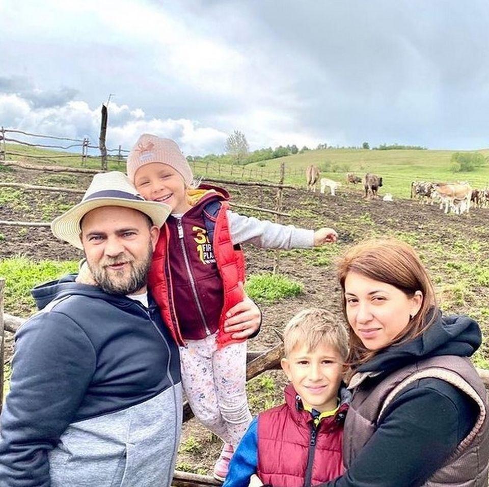 Cosmin Seleși, prezentatorul Te cunosc de undeva, are o familie superbă! Cu cine seamănă cei doi copii   Galerie foto, Stiri, Vedete si Evenimente   Viva.ro